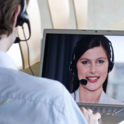 Estamos cerca de nuestros clientes usando la tecnología, para estar en contacto, por ejemplo, en redes sociales.